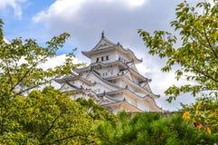 Himeji slott Japan bak träd Royaltyfria Foton