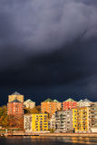 Himlar gör mörkare, när dåligt höstväder att närma sig den svenska huvudstaden av Stockholm royaltyfria bilder