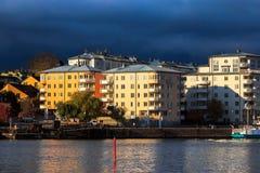 Himlar gör mörkare, när dåligt höstväder att närma sig den svenska huvudstaden av Stockholm, Sverige på Octobe royaltyfri fotografi