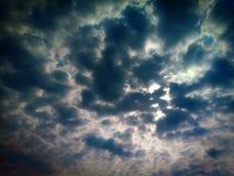 Himlen är mörk efter en strom arkivfoton