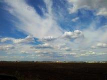Himlen över staden Arkivfoto