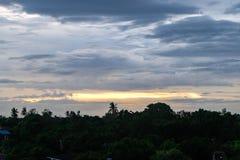 Himlen efter regn i aftonen Arkivbild