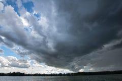Himlen förbereder sig för stormen Arkivfoton