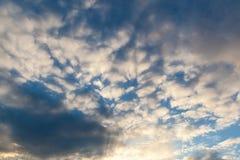 Himlen i molniga moln Arkivbild