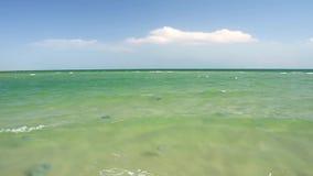 Himlen med vit fördunklar över havet arkivfilmer