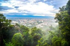 Himlen och kunde på berget i härlig townview för skog så Arkivbilder