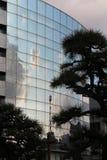 Himlen och molnen reflekteras på fasaden av en byggnad (Japan) Royaltyfria Bilder