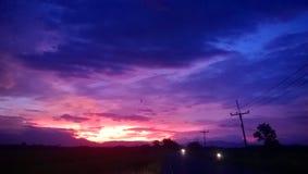 Himlen och molnigt på skymning Arkivbilder