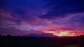 Himlen och molnigt på skymning Arkivbild