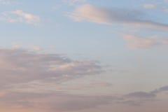 Himlen på solnedgången med moln Arkivbild