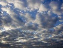 Himlen är den mörka körbanaporten vädret i aftonen Arkivfoton