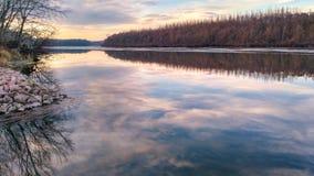 Himlen reflekteras på vattnet royaltyfri foto