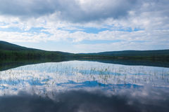 Himlen som reflekterar i sjön Arkivbilder