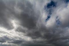 Himlen som täckas med grå färger, skurkroll fördunklar Arkivfoto