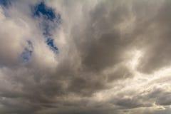Himlen som täckas med grå färger, skurkroll fördunklar Arkivfoton