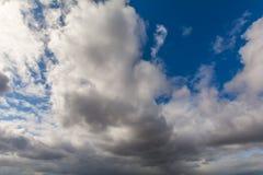 Himlen som täckas med grå färger, skurkroll fördunklar Arkivbilder