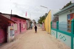 Himmafushi-Insel-Stadtstraße Malediven Stockfotos