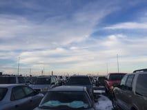 Himmel över bilar i en industriell parkeringsplats royaltyfria bilder