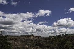 Himmel över den Makoshika delstatsparken Montana arkivbilder