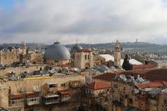Himmel över Jerusalem den gamla staden Sikt på Jerusalem den gamla staden från taket i ottan arkivfoto