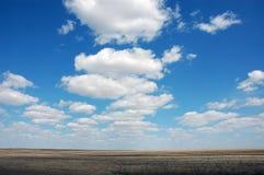 Himmel über dem Feld lizenzfreies stockbild