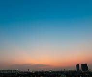 Himmel über der Stadt nach Sonnenuntergang Stockfoto