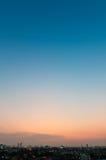 Himmel über der Stadt nach Sonnenuntergang Stockbild