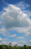 Himmel über Kirche im Park. Stockbilder