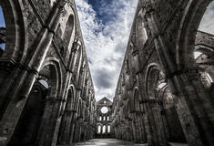 Himmel über mittelalterlicher San-galgano Abtei Stockbild