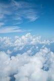 Himmel über Wolke vom Flugzeug lizenzfreie stockfotos