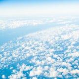 himmel Ansicht vom Fenster des Flugzeugfliegens in den Wolken Stockbilder