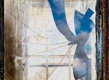 Himmel bak smutsigt och brutet fönster Royaltyfri Bild