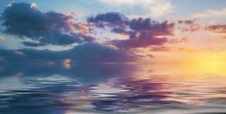 Himmel bei dem Sonnenuntergang reflektiert im Wasser Lizenzfreies Stockfoto
