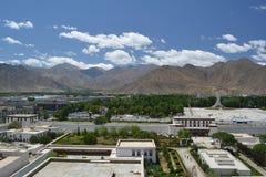 Himmel berg, byggnader Fotografering för Bildbyråer