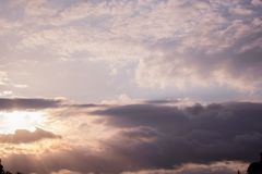 Himmel bewölkt goldene Stunde lizenzfreie stockbilder