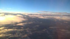 Himmel bewölkt sich über Wolkenansicht vom oben genannten hellblauen blauen Weiß Lizenzfreie Stockbilder