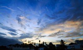 Himmel bewölkt sich an der Stadt am schönen Tag Stockbilder
