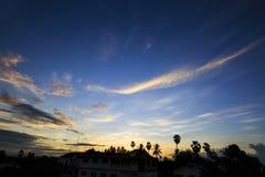 Himmel bewölkt sich an der Stadt am schönen Tag Stockfotografie