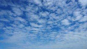 Himmel-Blau und weiße Farbe der Zusammenfassungswolke voll und Farbe verblassen Lizenzfreies Stockbild