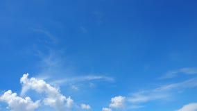 Himmel-Blau und Wolkenhintergrund hat mehr Raum Stockfoto