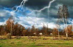 himmel Blitz im Himmel Dunkle Wolken Lizenzfreie Stockfotografie