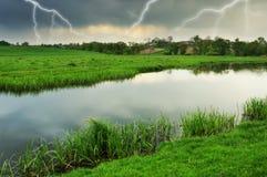 himmel Blitz im Himmel Dunkle Wolken Lizenzfreie Stockbilder