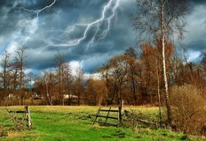 himmel Blitz im Himmel Dunkle Wolken Lizenzfreies Stockfoto