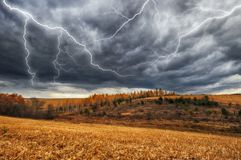 himmel Blitz im Himmel Dunkle Wolken Lizenzfreie Stockfotos