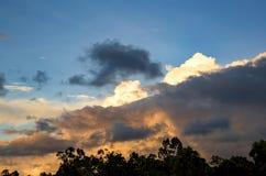 Himmel der Kumuluswolken-Füllung Hälfte lizenzfreie stockbilder