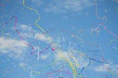 Himmel in der Partei mit Konfettis und Ausläufern lizenzfreie stockbilder