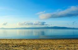 Himmel des frühen Morgens über Insel und das Meer szenisch Lizenzfreie Stockfotografie