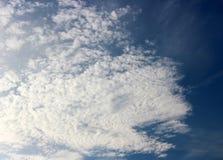 Himmel des frühen Morgens von hellen blauen und geschwollenen weißen Wolken Lizenzfreie Stockbilder
