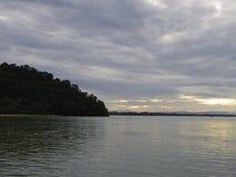 Himmel des ruhigen Sees morgens Stockfotografie