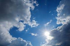 Himmel des schönen Wetters, Sonne auf blauem Himmel mit Wolken, Sonne strahlt aus Lizenzfreies Stockfoto